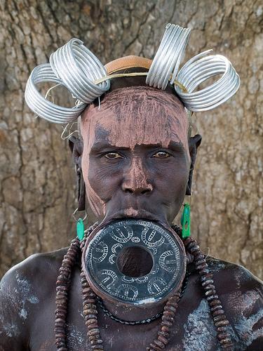 ムルシ族とは唇に皿をはめる民族!?食事時は皿を外す?衣装や言語なども紹介!